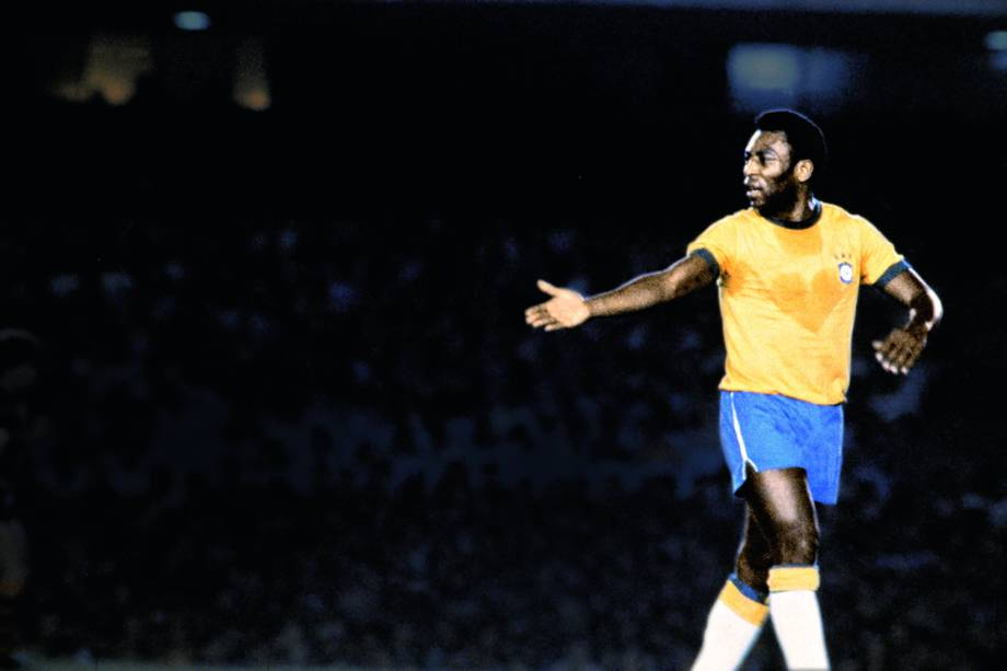 """Pelé, jogador do Brasil, com marca de suor em forma de coração na camisa, durante jogo amistoso da Seleção Brasileira contra o Flamengo, em homenagem ao jogador """"Geraldo Assoviador"""", que faleceu durante uma cirurgia de amígdalas, em 1976"""