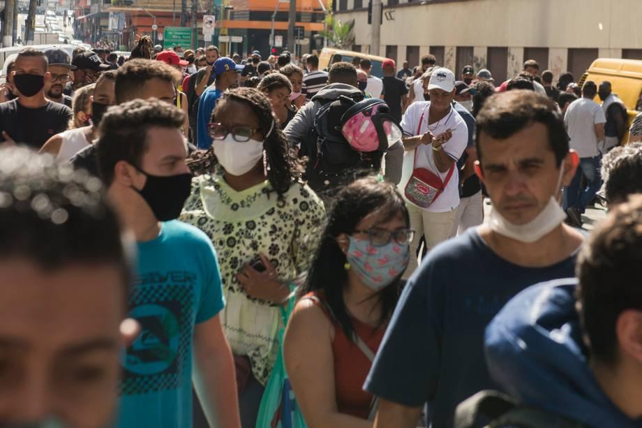 Movimentação da região da 25 de Março no centro de São Paulo após a reabertura do comércio na cidade