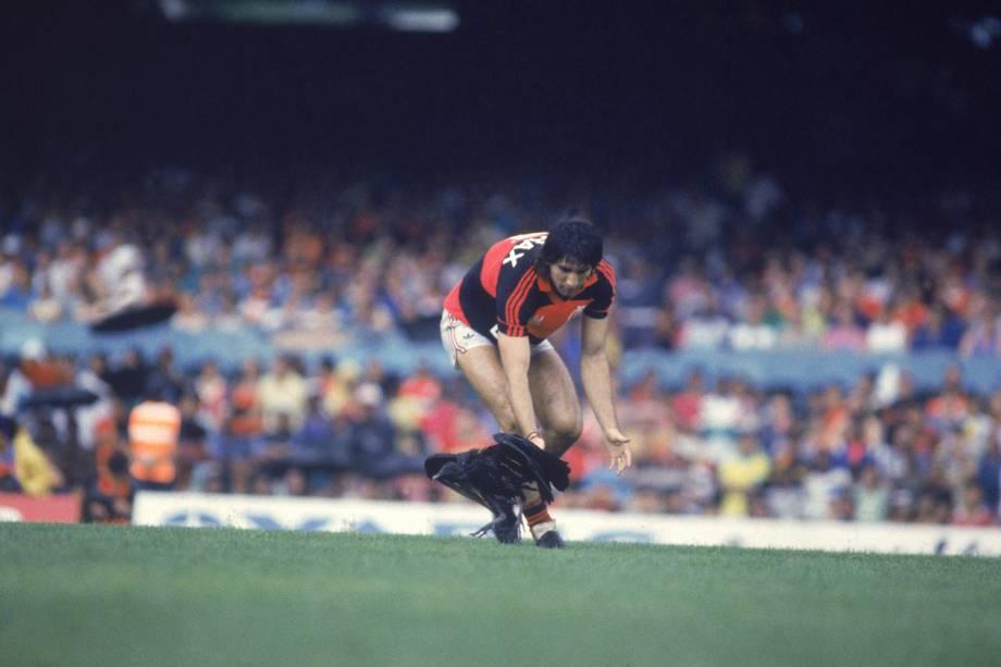 Renato Gaúcho, do Flamengo, tirando um urubu do gramado, na finalíssima da Copa União contra o Internacional, em 1987