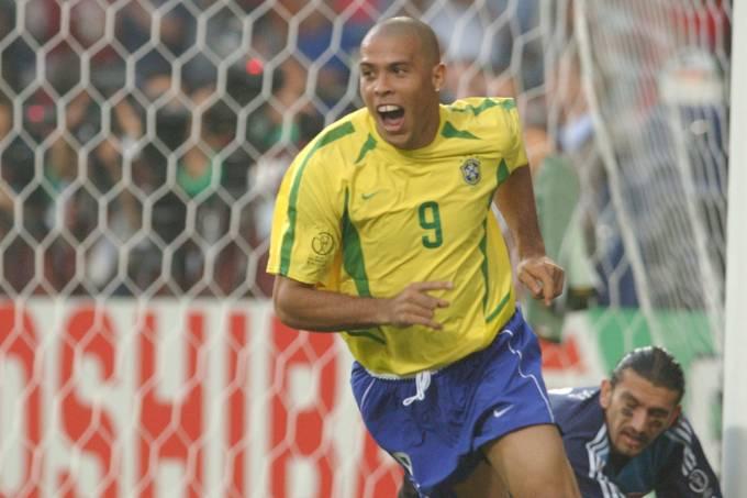 Ronaldo comemorando gol em jogo entre Brasil e Turquia, Copa do Mundo de futebol