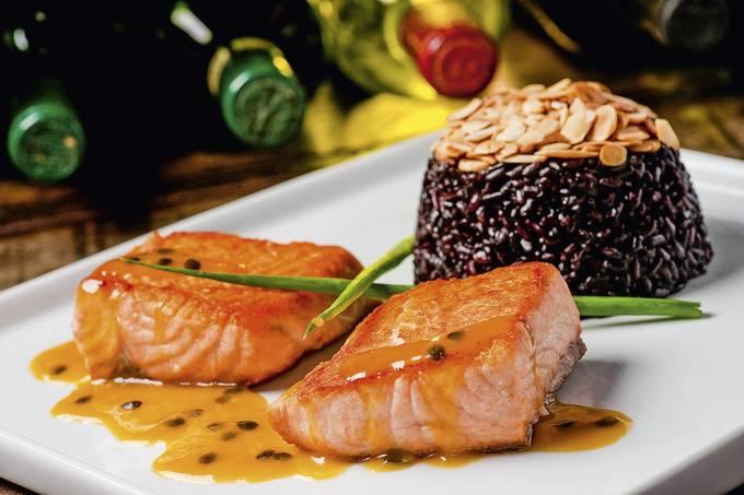 Salmão-grelhado-ao-molho-de-maracujá,-acompanhado-de-arroz-negro-e-amêndoas,-do.jpg