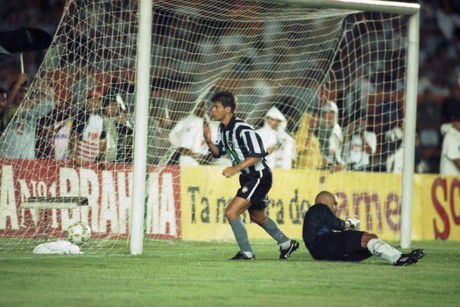 Túlio, do Botafogo comemorando gol contra o Santos, no primeiro jogo da final do Campeonato Brasileiro, em 1995