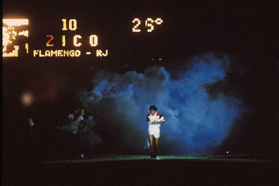 Zico, do Flamengo, o maior artilheiro da história do Maracanã com 333 gols
