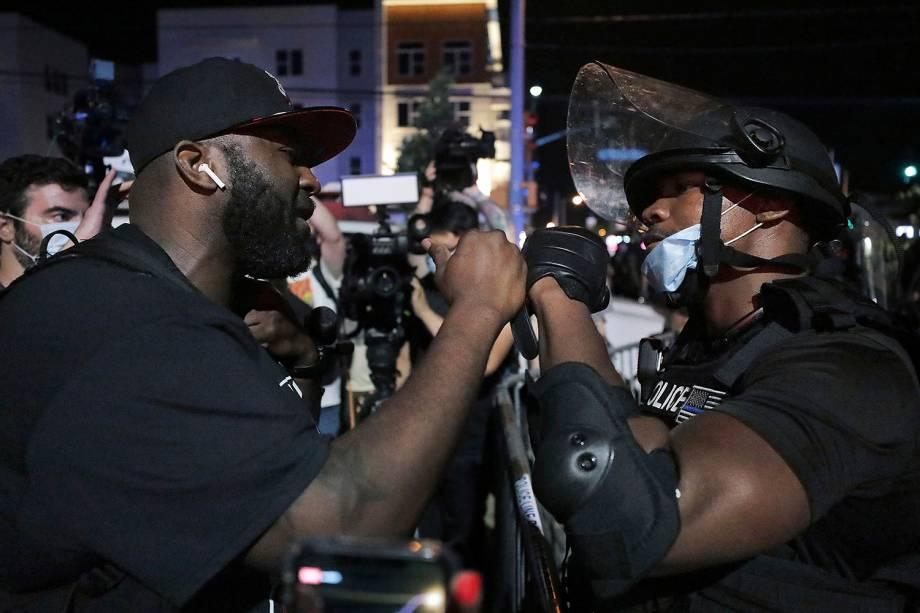 Um policial de Memphis e um manifestante durante protesto pela morte de George Floyd, em Memphis, Tennesse - 28/05/2020