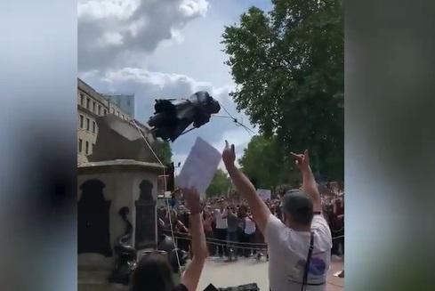 Manifestantes destroem estátua em Bristol, na Inglaterra
