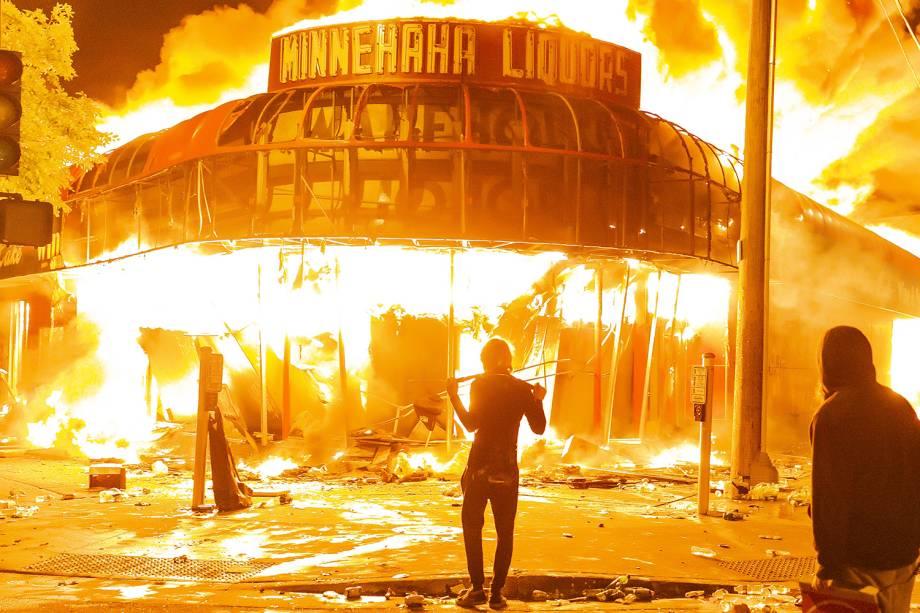 Manifestantes incendiaram uma loja durante protestos pela morte de George Floyd, em Minneapolis - 28/05/2020