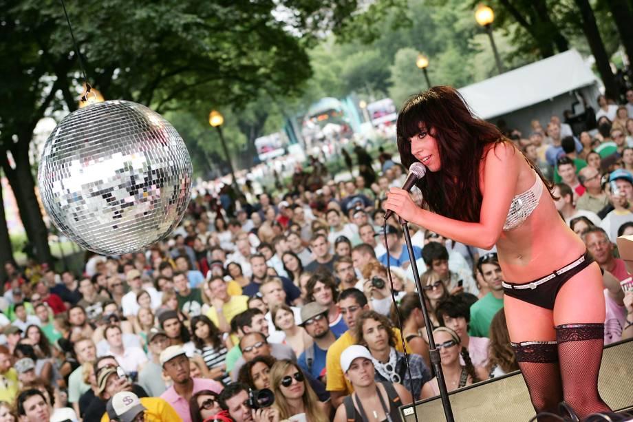 Lady Gaga se apresentando no Lollapalooza, em Grant Park, Chicago, no ano de 2007