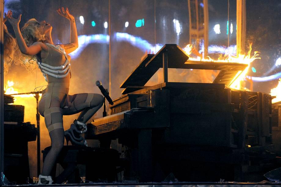 Lady Gaga tocando em um piano em chamas durante American Music Awards, em 2009