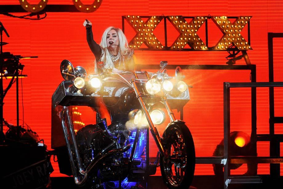 A cantora se apresenta no palco do iHeartRadio Music Festival, realizado em 2011