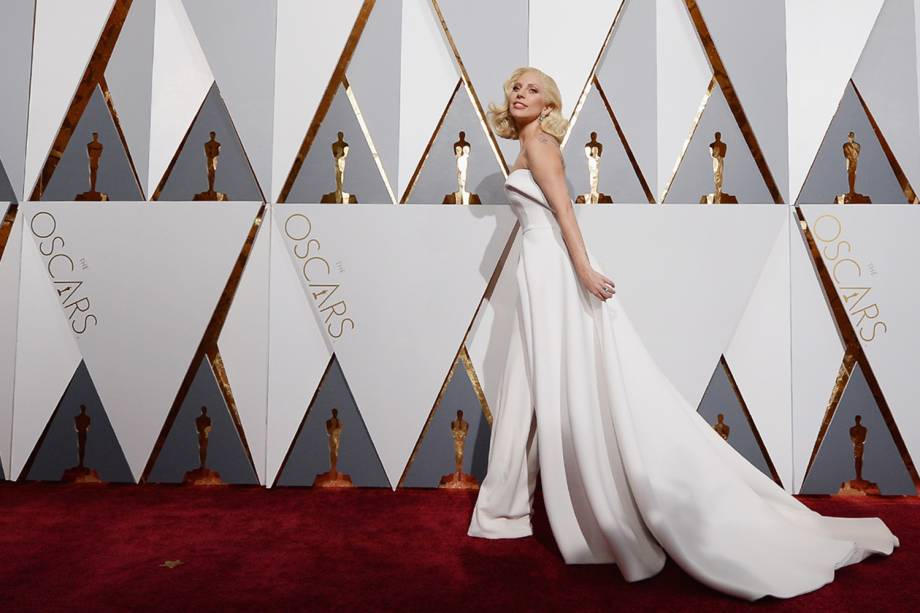 """Lady Gaga no Oscar onde concorreu na categoria de """"Melhor Canção Original"""" com a música """"Til It Happens to You"""", em 2016"""