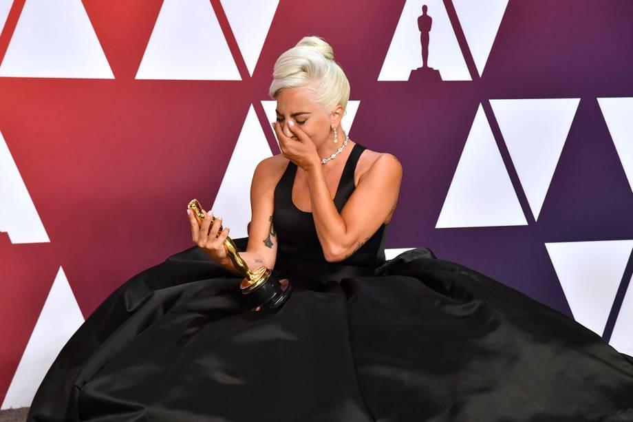 """Lady Gaga posa com o Oscar de Melhor Canção Original por """"Shallow"""", em 2019"""