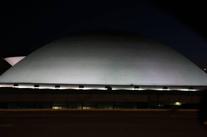 A cúpula menor, voltada para baixo, abriga o Plenário do Senado Federal.