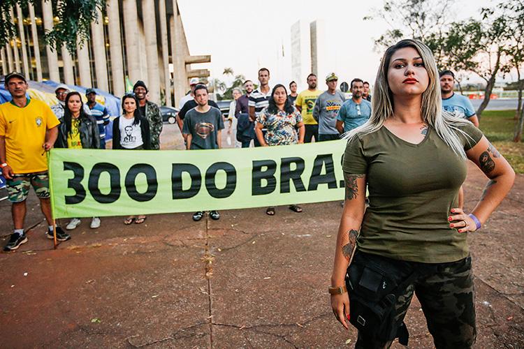 Minguados e teatrais: o acampamento do grupo de Sara Winter em Brasília |  VEJA