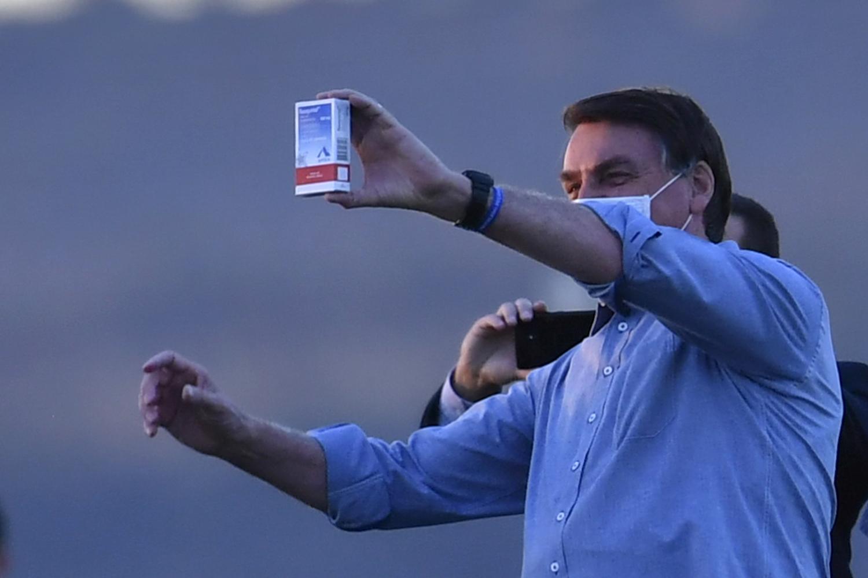 Bolsonaro segurando caixa de Cloroquina