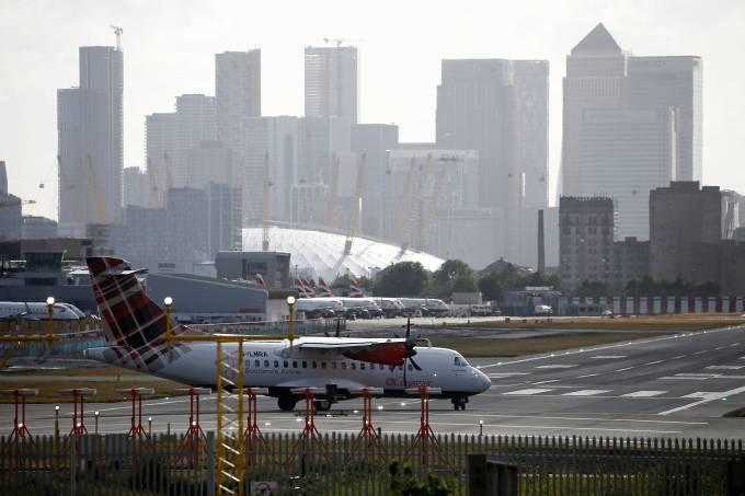 Aeroporto de Londres recomeça voos durante pandemia de coronavírus