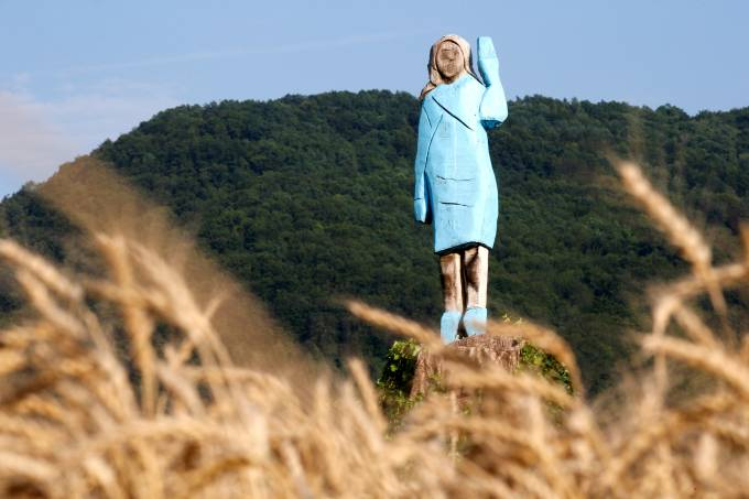 Estátua de madeira em tamanho real da primeira-dama dos EUA, Melania Trump, em Rozno, perto da cidade natal dela, Sevnica, na Eslovênia