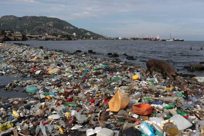 Lixo acumulado em praia do Haiti