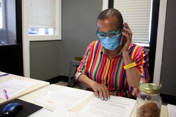 Candidata democrata ao Congresso dos EUA Joyce Elliot em seu gabinete de deputada estadual em Arkansas