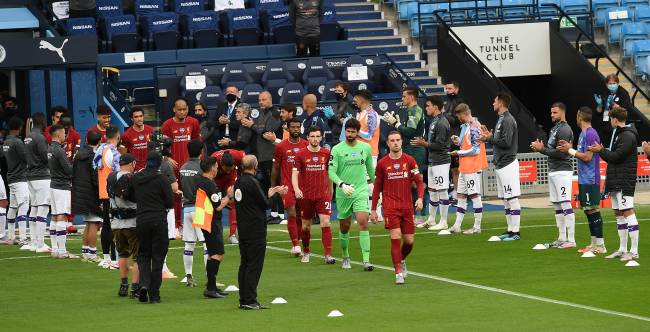 Guarda de honra: campeões do Liverpool foram recebidos com aplausos pelo City
