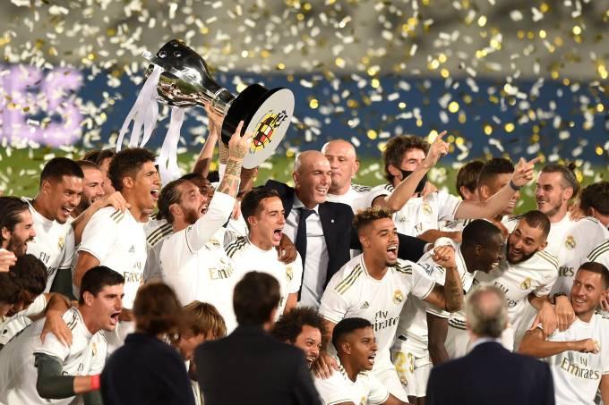 Capitão Sergio Ramos ergue a taça de campeão espanhol do Real Madrid