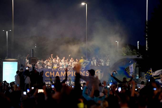 Torcida e elenco do Leeds United celebra título em frente ao estádio Elland Road