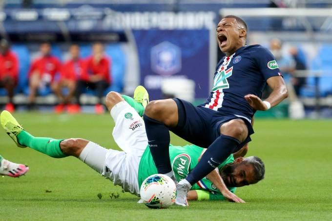 Kylian Mbappé se lesionou na partida contra o Saint-Ettiene
