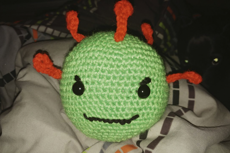 ARTESANATO: vírus no formato de bola de crochê.