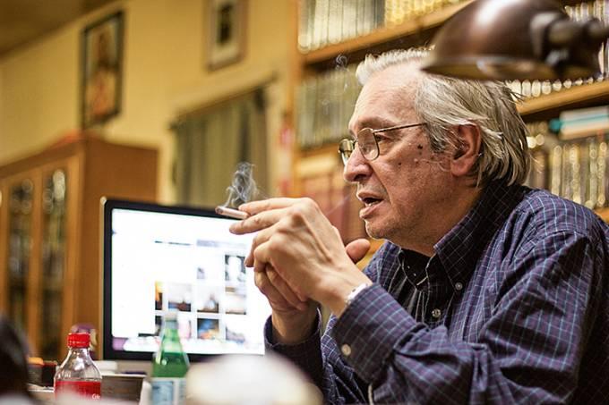 Olavo de CarvalhoFollowOlavo em sua mesa – Foto: Mauro Ventura