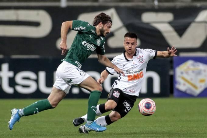 Viña e Ramiro disputam bola no clássico entre Corinthians e Palmeiras