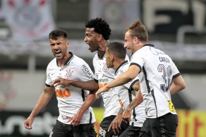 Zagueiro Gil, do Corinthians, comemora gol contra o Palmeiras