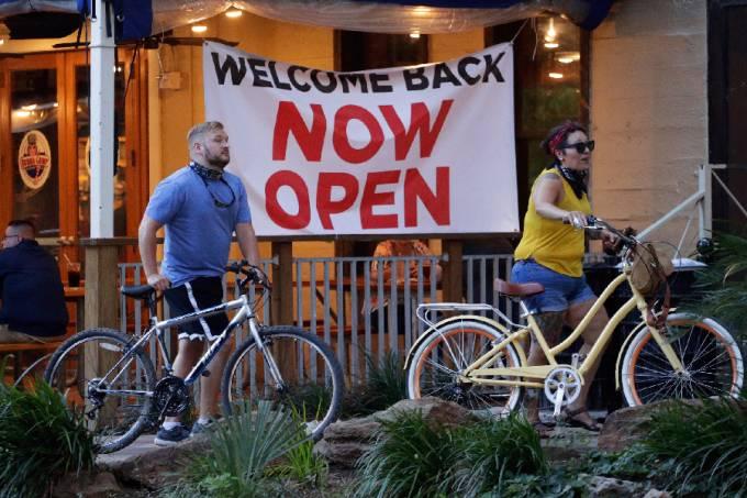 Ciclistas passam por restaurante em San Antonio, Texas