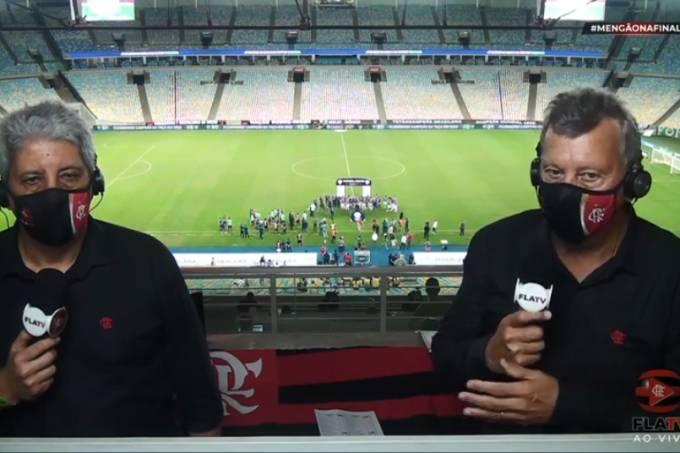 Os comentaristas Alexandre Tavares e Raul Plassmann, da FlaTV, com os campeões tricolores ao fundo