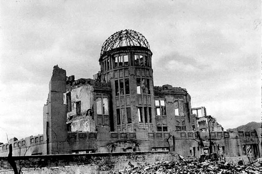 O Centro de Promoção Industrial da Prefeitura de Hiroshima após a explosão da bomba