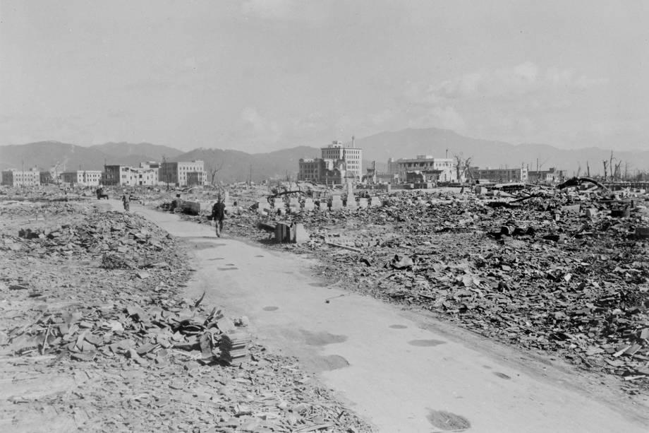 As pessoas passam pela devastação causada pela bomba atômica em Nagasaki, Japão, em 17 de março de 1948