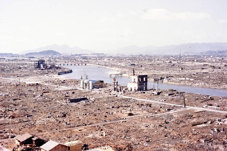 Devastação é vista nas proximidades do 'marco zero' após o bombardeio atômico de Hiroshima, no Japão