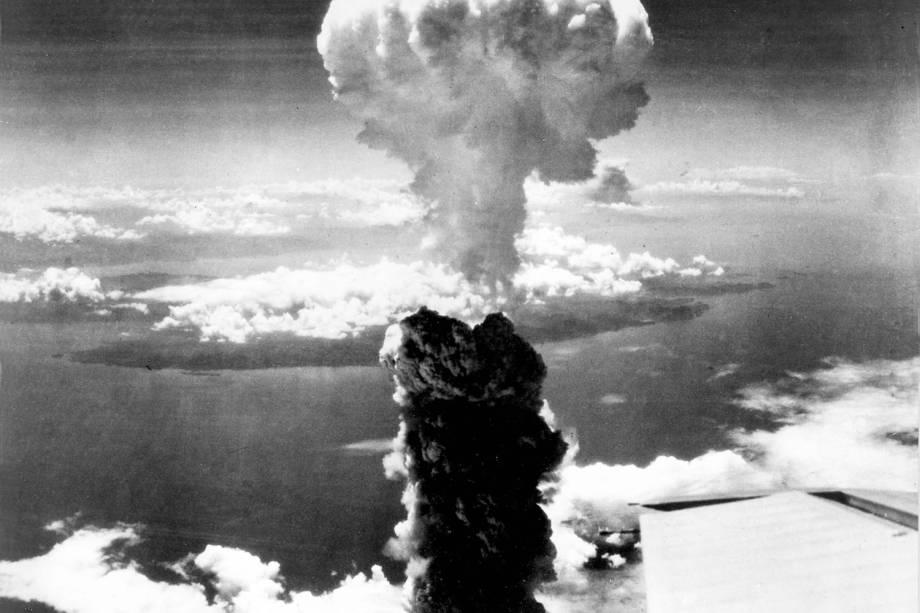 A fumaça sobe mais de 60.000 pés no ar sobre Nagasaki, no Japão