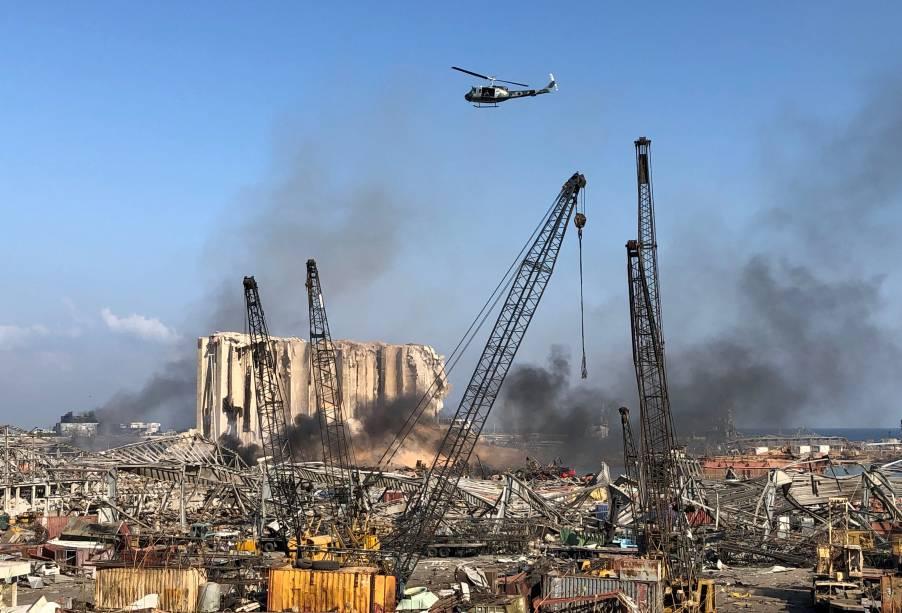 Helicóptero militar sobrevoa porto de Beirute após explosão - 05/08/2020