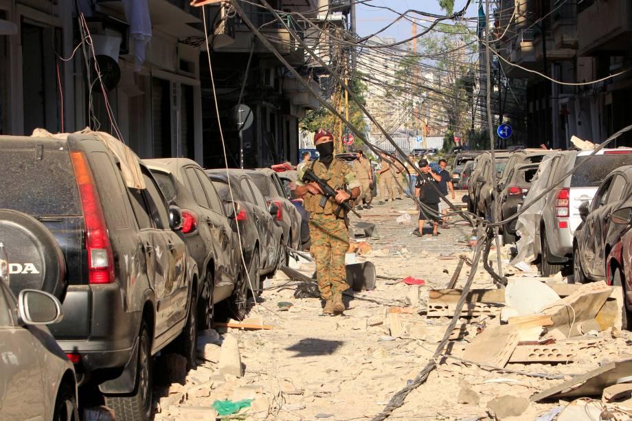 Soldado inspeciona área próxima ao local da explosão em Beirute - 05/08/2020