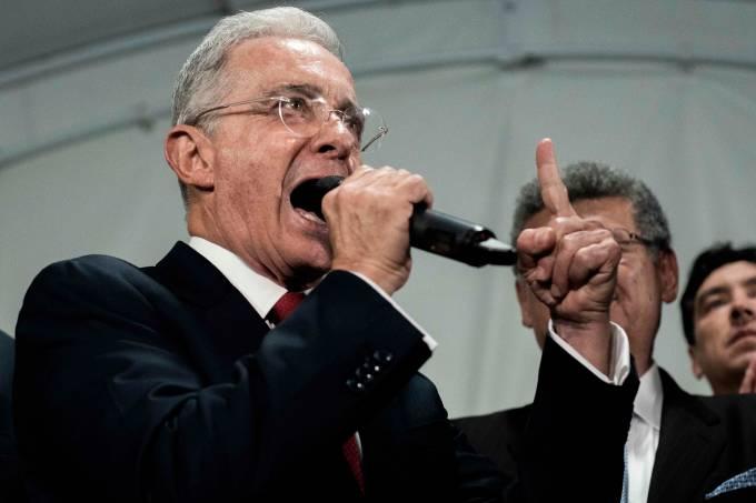Uribe renuncia a su curul en el Senado colombiano tras detención domiciliaria