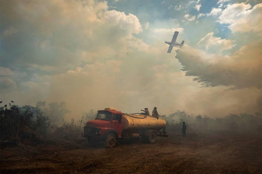 Aeronaves e helicópteros são usados na operação para combater as queimadas no Pantanal