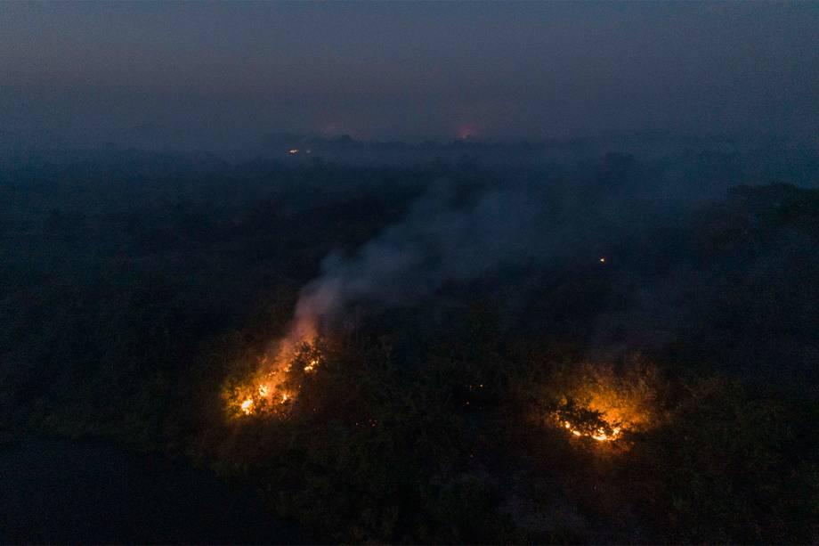 Fogo consome vegetação do Parque Nacional do Pantanal mato-grossense