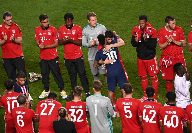 Neymar recebeu um abraço de Lewandowski durante a premiação