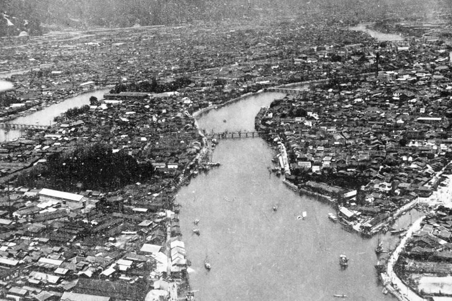 Vista aérea da área densamente construída de Hiroshima ao longo do Motoyasu-gawa