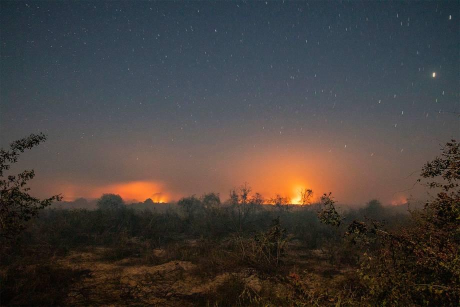Chamas continuam se alastrando no Pantanal na madrugada adentro