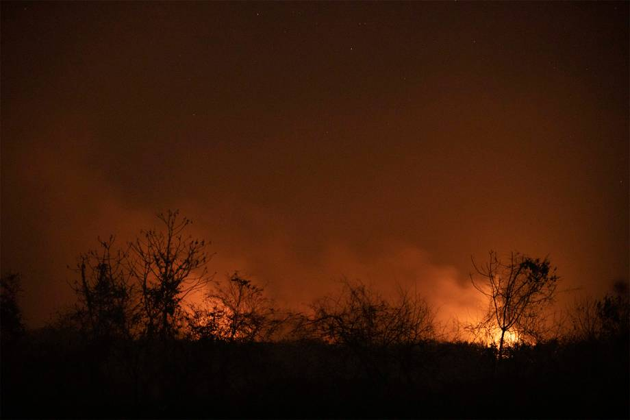 Fogo consome vegetação do Pantanal, nos arredores do hotel Sesc Porto Cercado