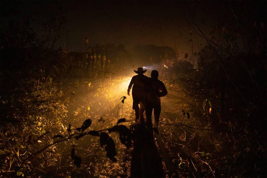 Brigadistas trabalham no combate ao fogo que queima o Pantanal