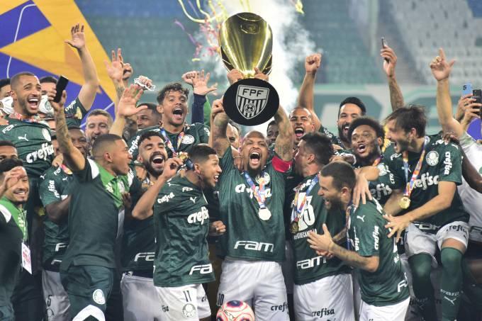 Felipe Melo ergue a taça de campeão paulista de 2020 do Palmeiras