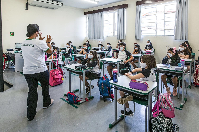 CUIDADOS -Escola de ensino fundamental particular em Sorocaba (SP): distância entre as carteiras e máscaras -