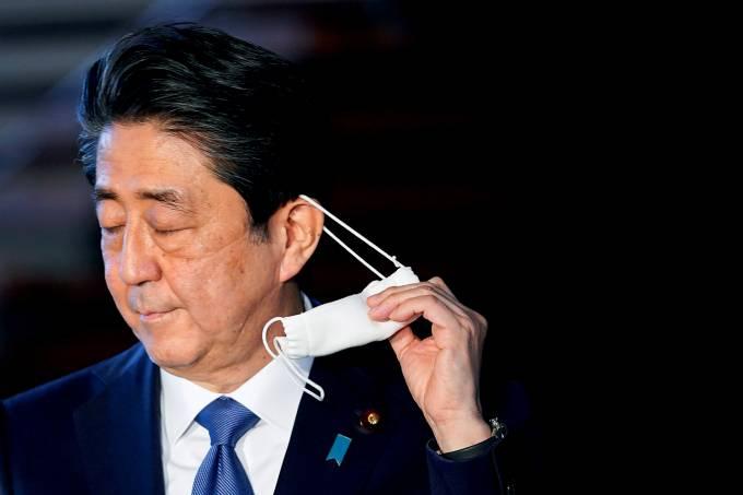 Japanese Prime Minister Shinzo Abe checks into Tokyo hospital