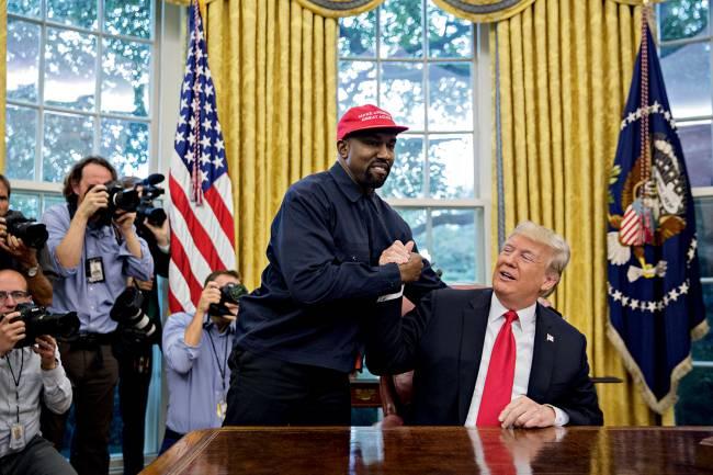 Kanye West e Donald Trump se cumprimentam na Casa Branca